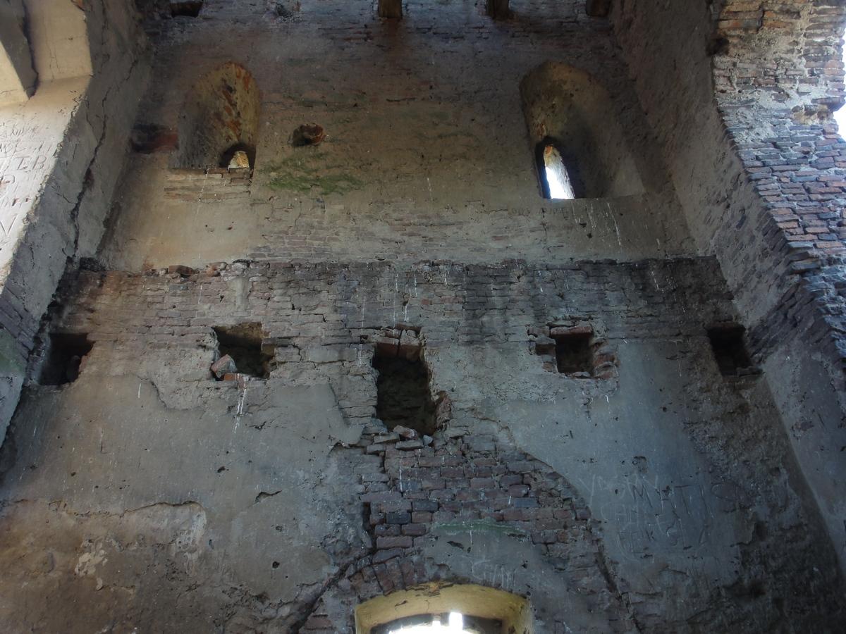 Jól látszanak a torony falába mélyített gerendatartó lyukak