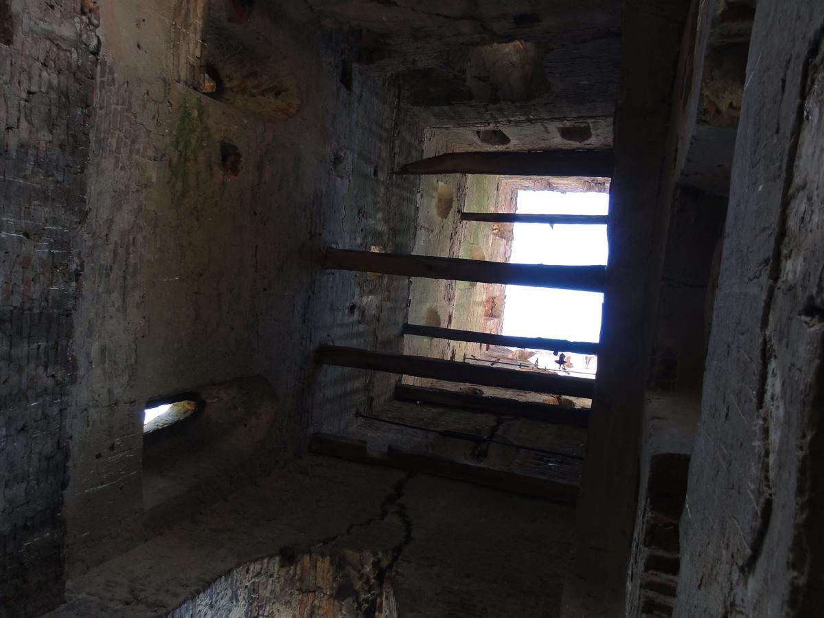 Az öt emelet magas torony belsejét gerendák osztják szintekre