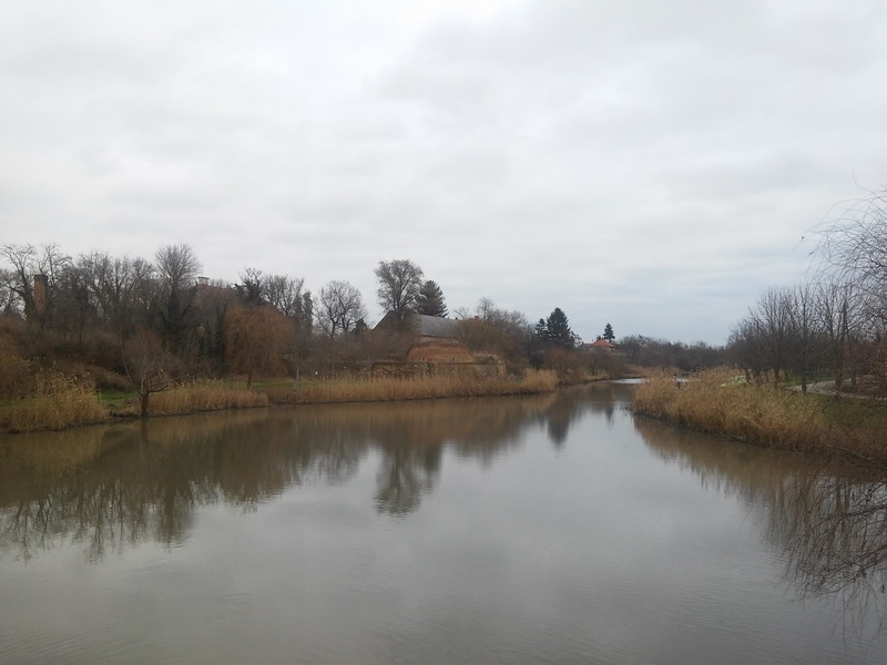 A Kurca hídjáról kiválóan látszanak az egykori vármegyebörtön megmaradt falai