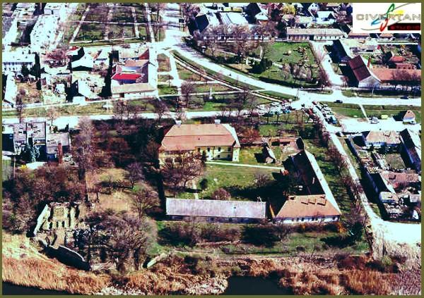 A vármegyeháza madártávlatból (forrás: -http://www.varak.hu/latnivalo/index/399-Szegvar-Var/)