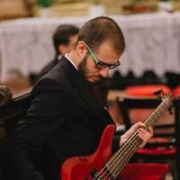 Basszusgitár a templomban