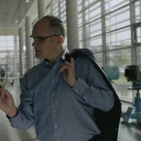Videó: Luther landol Gundel Takács lábainál