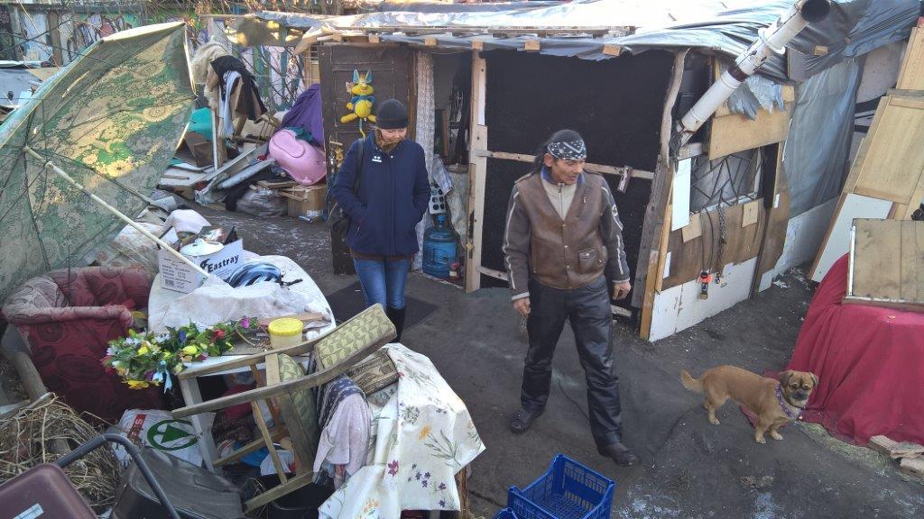 Ebben a bódéban lakik Indián | Barátai lakókocsira gyűjtenek neki