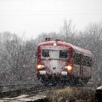 Sűrű hóesésben ér Szovátára a francia motorvonat – NKPK 66.