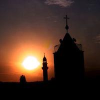 Lerombolni minden keresztény templomot!