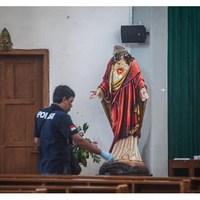 Szablyával kaszabolta a hívőket a templomban