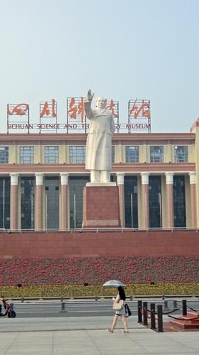 Mao Ce-tung kimaradhatatlan szobra a főtéren