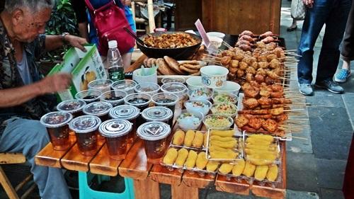 Utcai finomság-árus az óvárosban