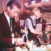 Milyen ételeket szolgáltak fel néhány évtizede a repülőkön?