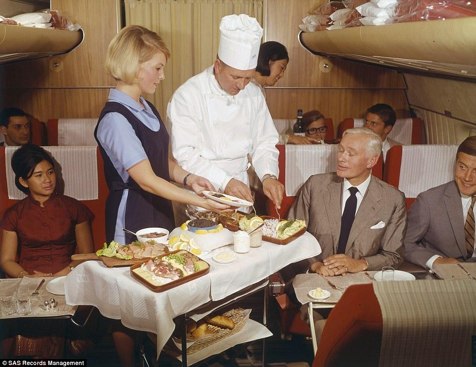 A chef éppen tálal az első osztály utasainak 1969-ben.