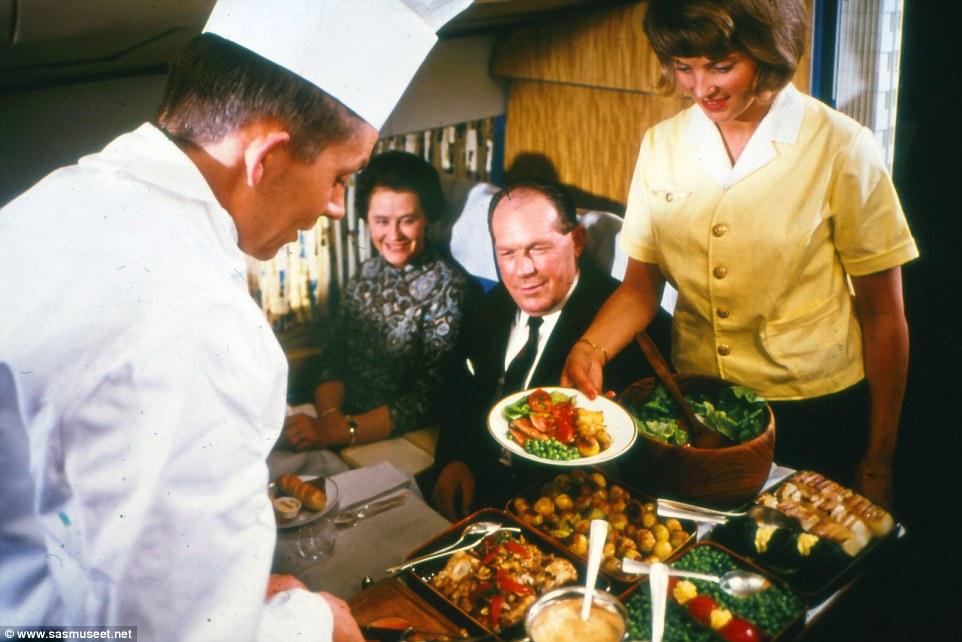 Akkor még biztos nem volt olyan, hogy turbulencia, különben nem értem, hogy maradt minden kitálalt étel az asztalkán.