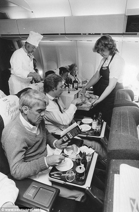 A chef tálal, az utasok boldogok.