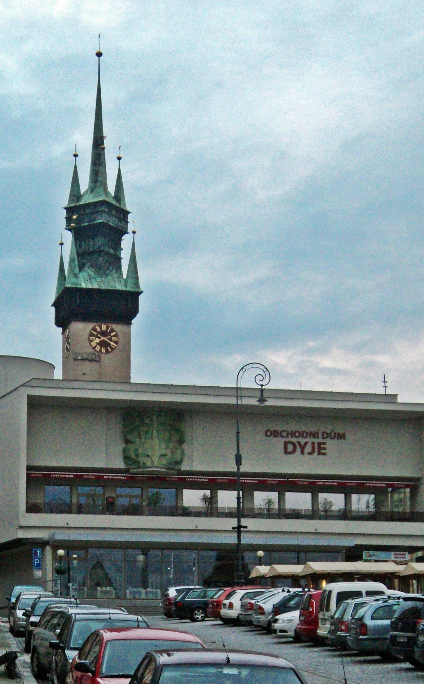 A szocreál Dyje áruház, és a Znojmo jellegzetessége - a városháza torony