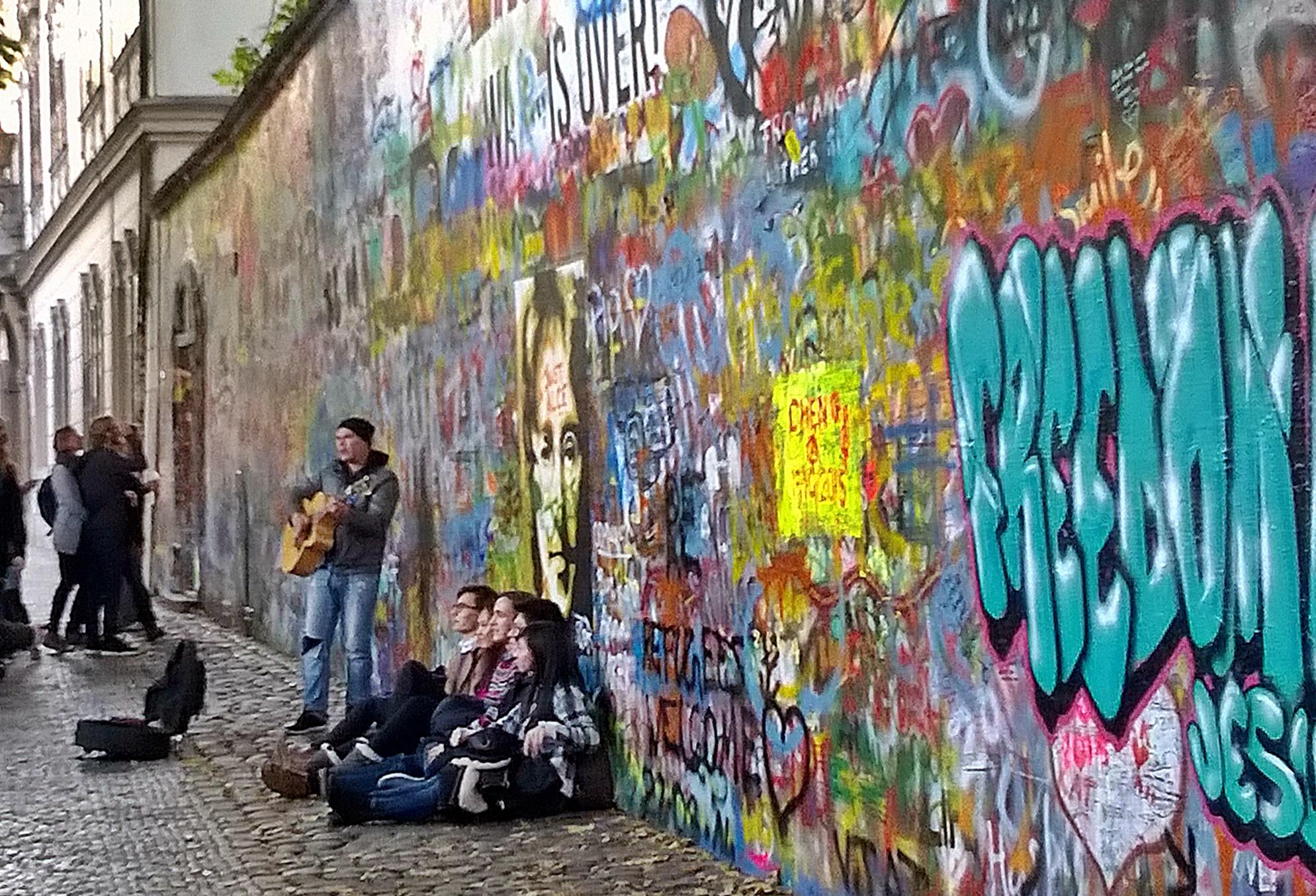 Legtöbbször Beatles számok csendülnek fel a fal tövében
