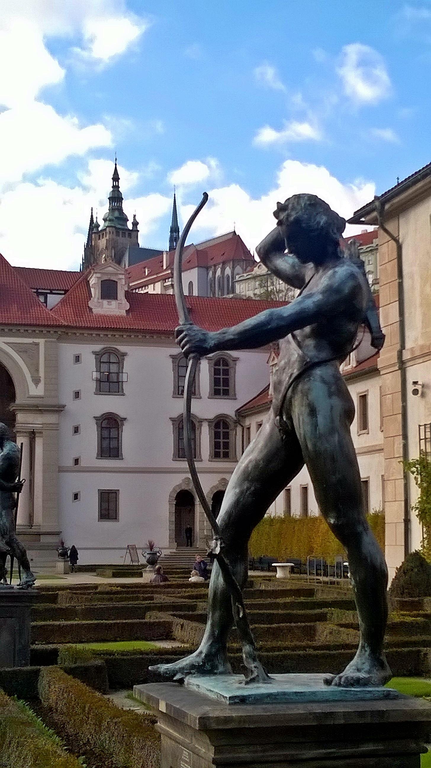 Ilyen a kilátás a kertből a Prágai várra