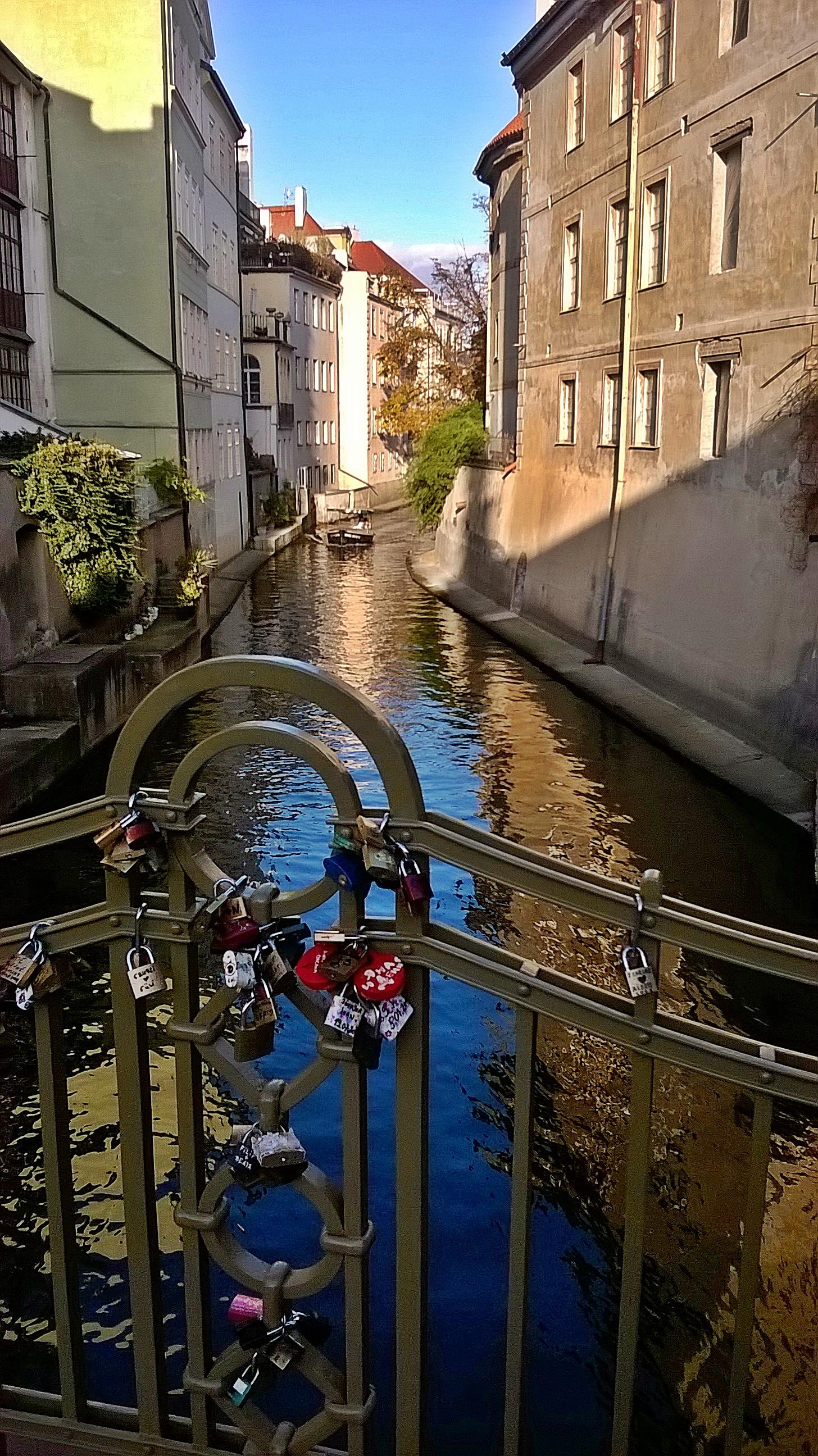 Ezért hívják prágai Velencének. Igen, ott lenn balra laknak...