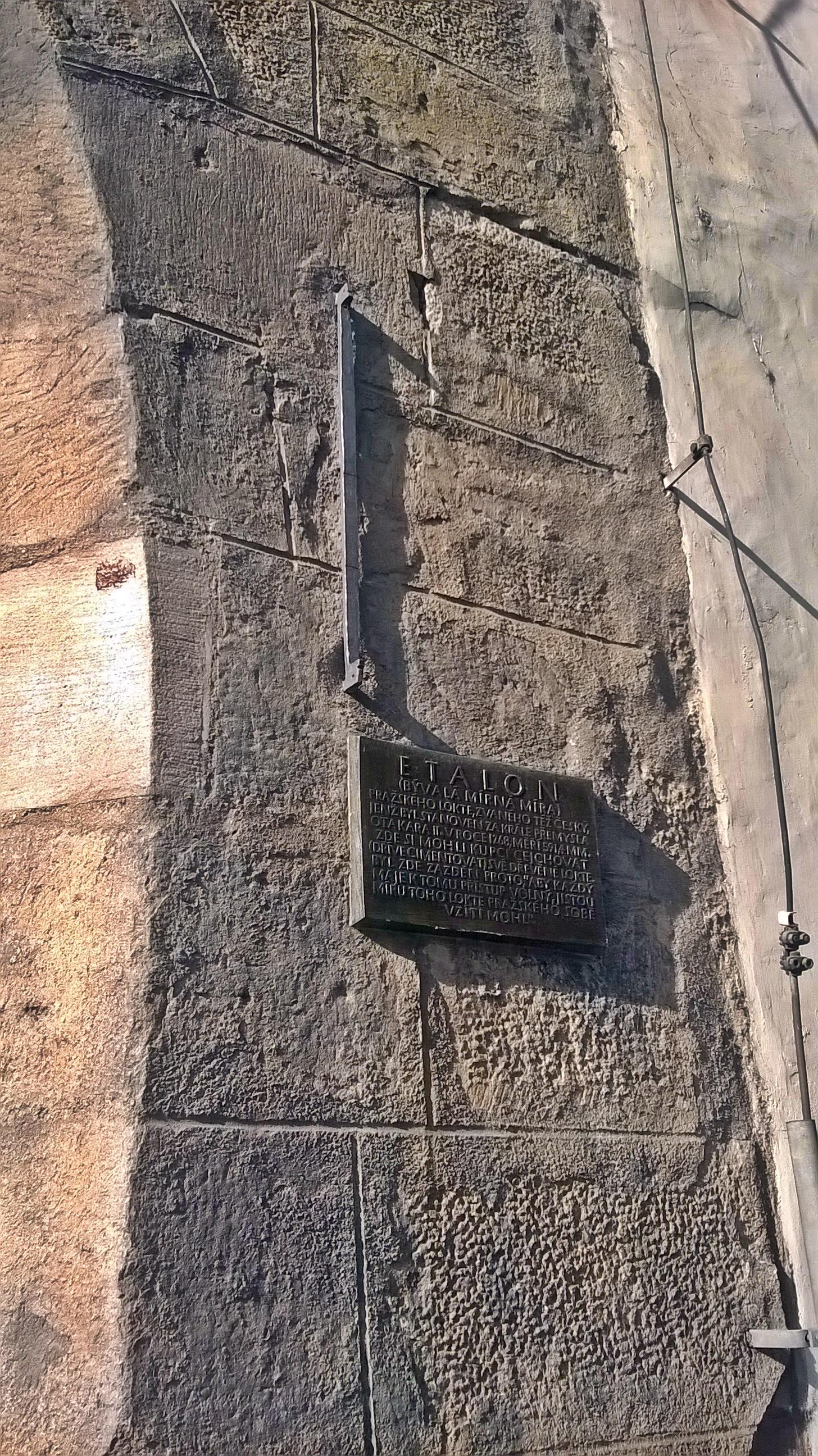 ... és a torony jobb oldalán a 'prágai könyök', más nevén etalon.
