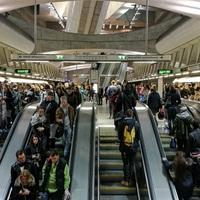 Zsúfoltság és megbízhatatlan liftek a 4-es metrón