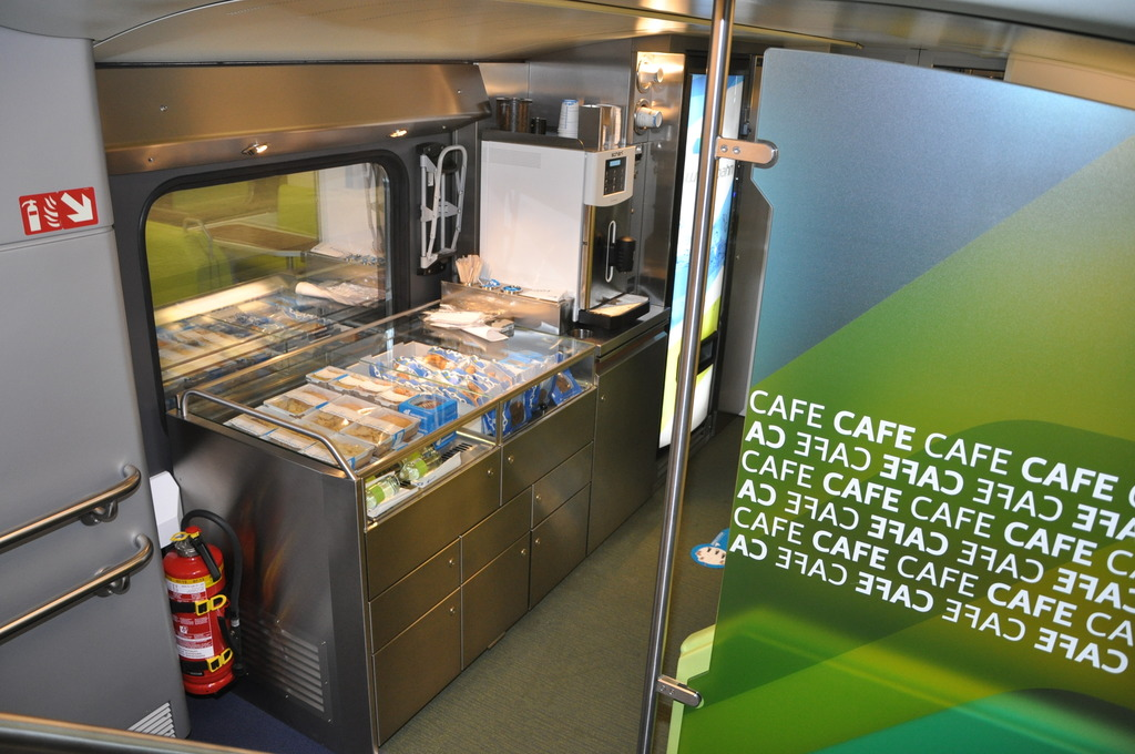 Az osztrák magánvasút, a WESTbahn motorvonatain egy dedikált kis kávézórész is található, de itt a is a vonatkísérők dolga a kiszolgálás (Kép: Magyar Közelekedési Klub)