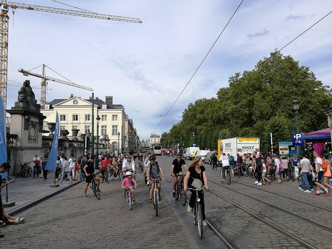 Kerékpárosok és gyalogosok a lezárt utcákon
