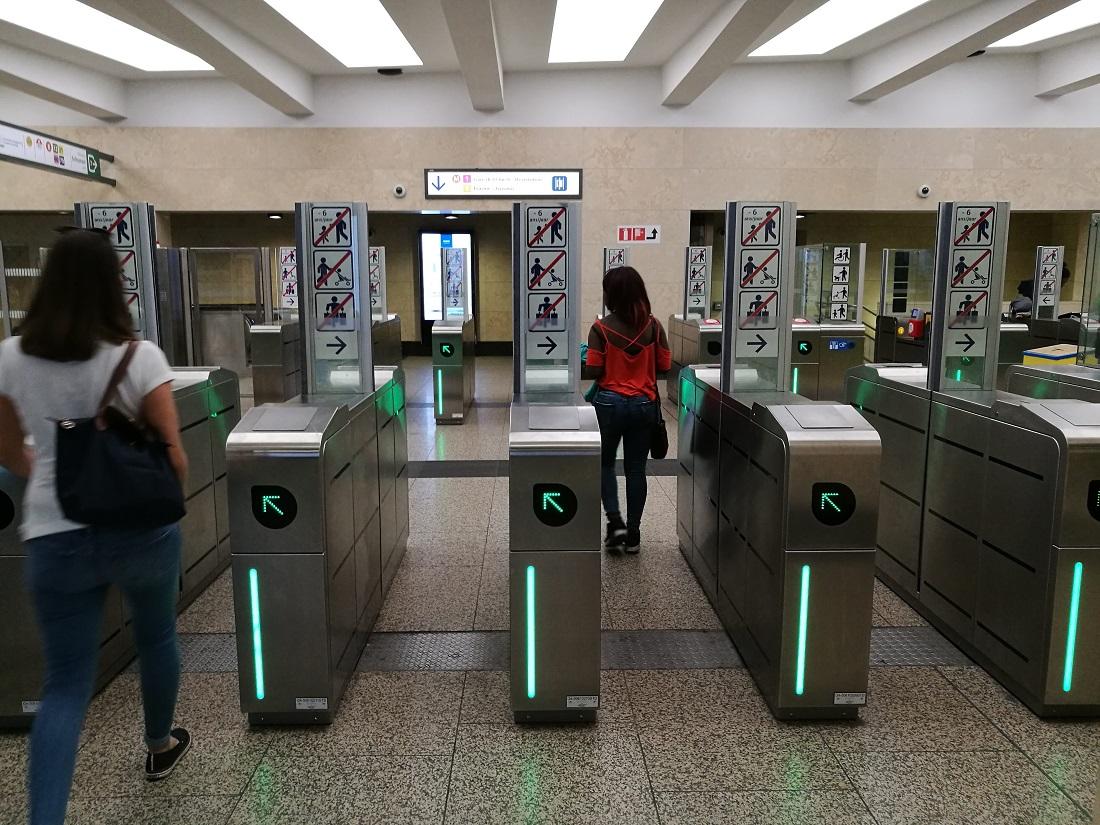 ... a metrókapuk is mind nyitva vannak.