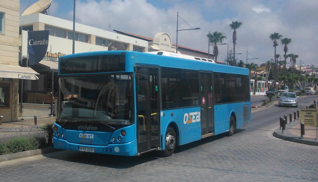 A famagustai kerület szolgáltatójának (OSEA) MCV eVolution típusú busza Agia Napa központjában