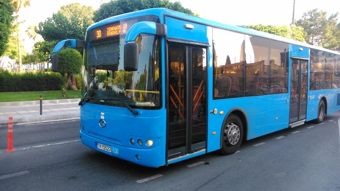 A limassoli cég (EMEL) egyik King Longja – a busz lényegében a Volánbusz Budapest környéki járatairól is ismert, hírhedt típus tükörképe.