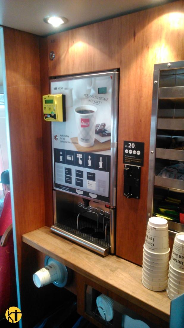 Szintén önkiszolgálóan működő kávéautomata a norvég államvasút, az NSB egyik regionális vonatán