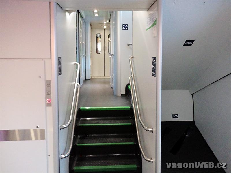 A lépcső bal oldalán a teherlift, jobb oldalán a biciklitartó (a kép forrása szintén a wagonweb.cz)