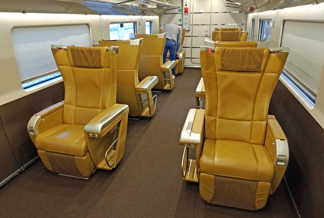 Az üzleti utasok számára az olasz vasút nyújta az egyik legkiemelkedőbb szolgáltatást: a Trenitalia Frecciarossa 1000 vonatain így néz ki a Business Class (Kép: seat61.com)