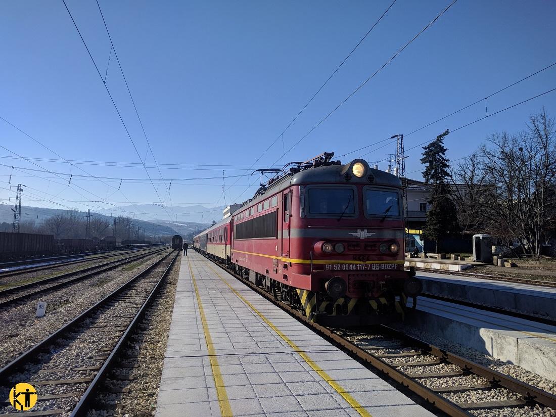Tipikus bolgár gyorsvonat a mezdrai állomáson, úton Szófiából Gorna Oryahovitsa felé