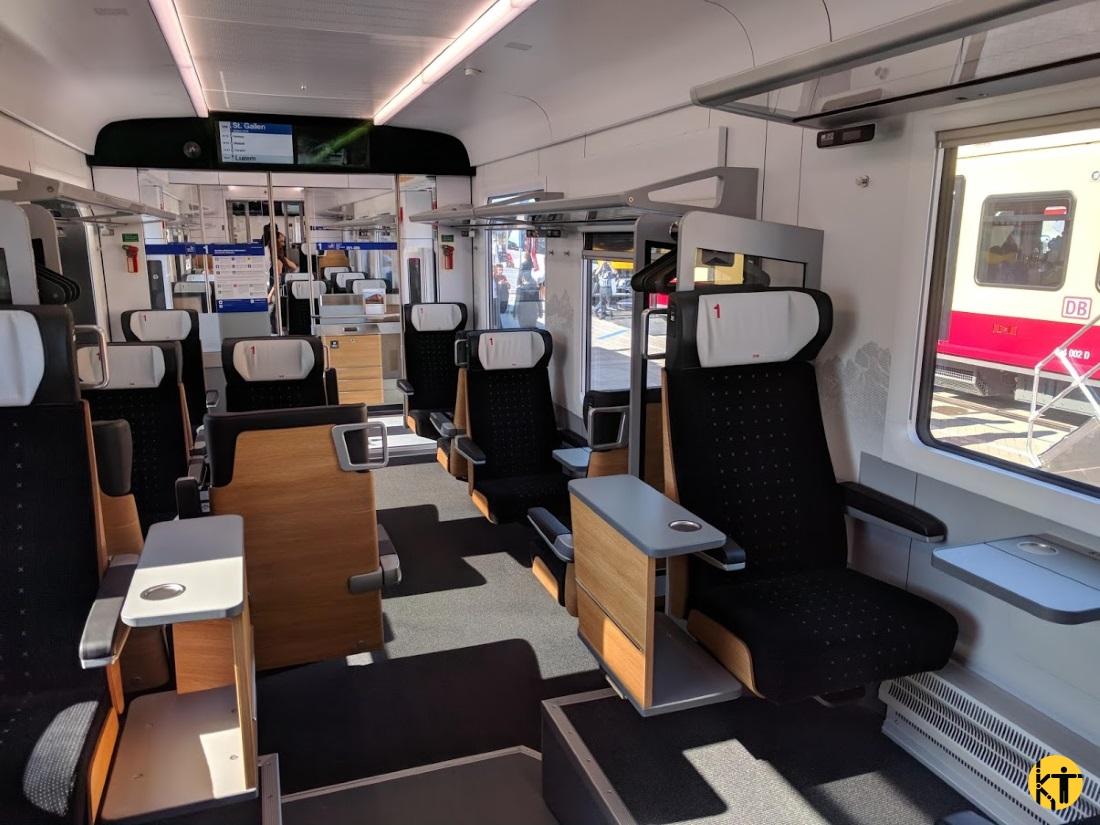 A sváci Südostbahn új Traverso vonatainak 1. osztályán bőven van kisasztal