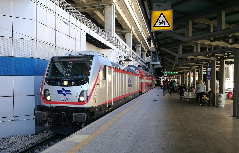 Egy új Traxx villanymozdony várakozik Jeruzsálem felé tartó ingavonatával a tel-avivi Ben Gurion nemzetközi repülőtér vasútállomásán. A repülőtér és Jeruzsálem közti, 2018-ban átadott vonal az első villamos vontatással üzemelő szakasz ország vasúthálózatán