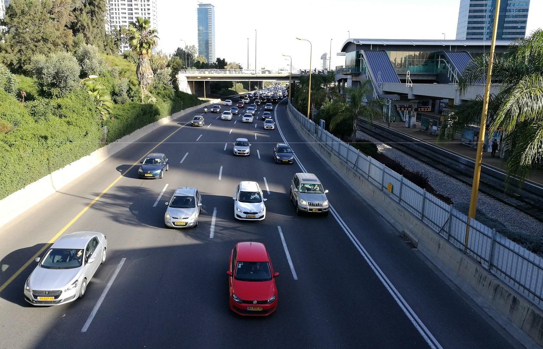 A Tel-Avivon végighaladó háromvágányú fővonal egy autópálya közepén vezetve szeli át a várost
