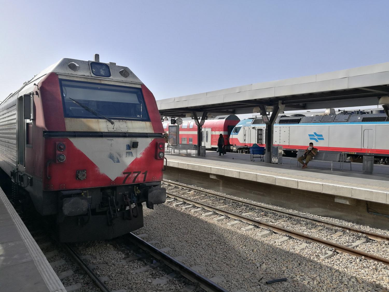 A mozdonyok nagy része a képen látható Alstom-Vossloh-GM JT42BW, illetve van néhány újabb Vossloh, amiből a kép jobb szélén bújt el egy. Elég durva, földrengésszerű élmény, amikor egy állomásról egyszerre 2 ilyen dízelgép indul el 1-1 nyolckocsis vonattal :)