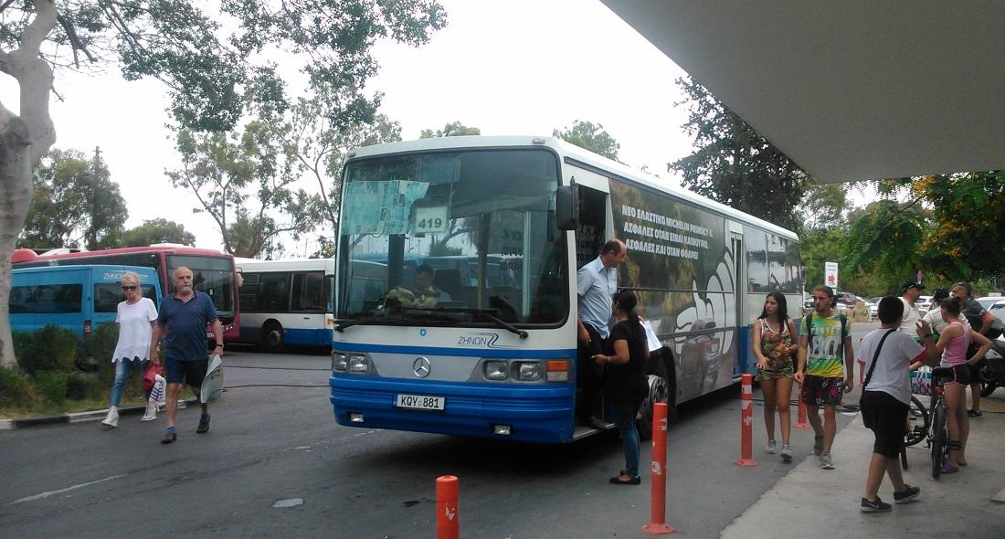 Sofőrváltás a központi buszállomáson: az új már bent ül, az előző épp száll le.