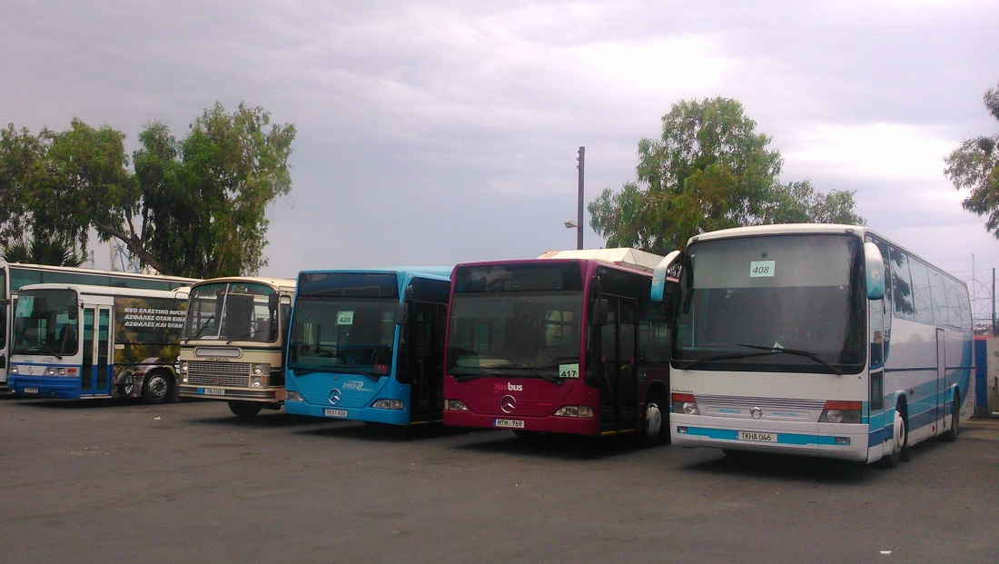 Pihenő buszok a larnakai buszpályaudvaron. A négyes bal szélén álló Bedford az igazán érdekes, ezek kb. a helyi 200-as Ikarusok - pár éve még mindenfelé rohangáltak, ma már inkább csak tartalékként látni párat.