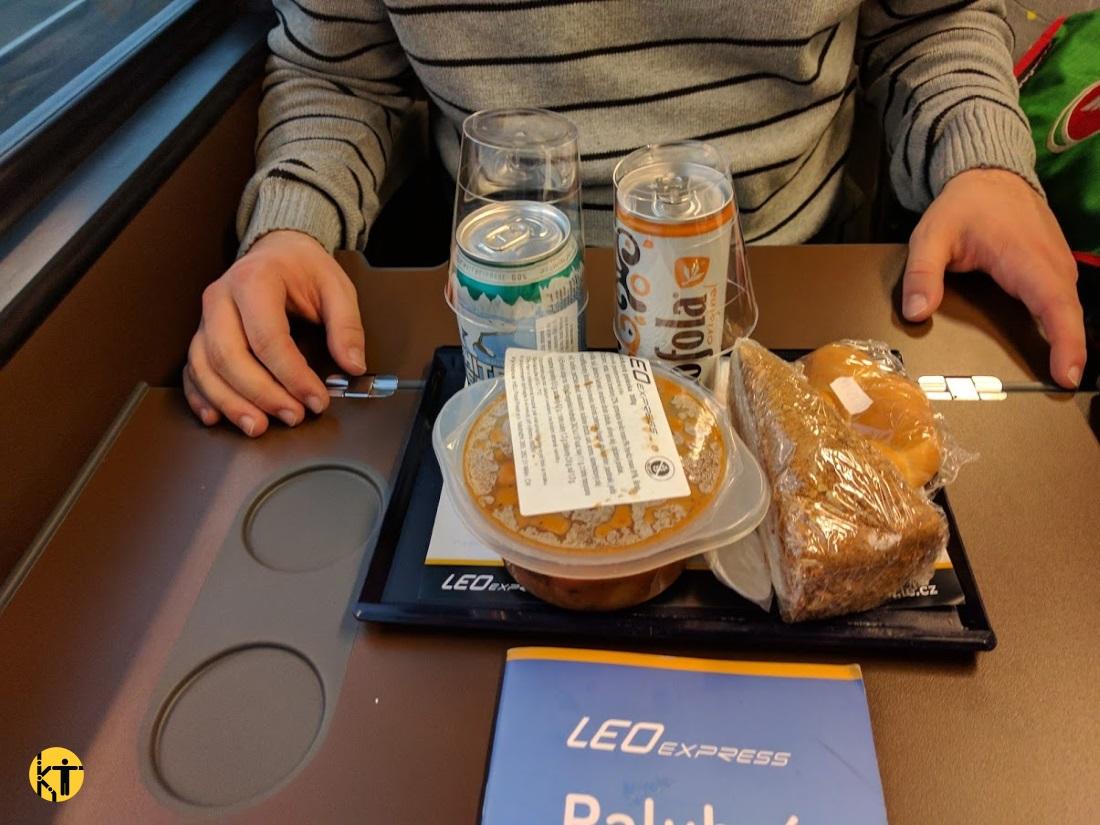 A cseh LEO express járatain ülőhelyhez hozzák ki a megrendelt ételeket is italokat