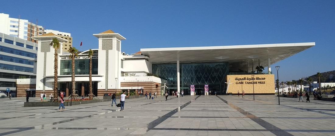 Tanger fejpályaudvara a régi épületből, és azt ezt kiegészítő modern plázarészből áll