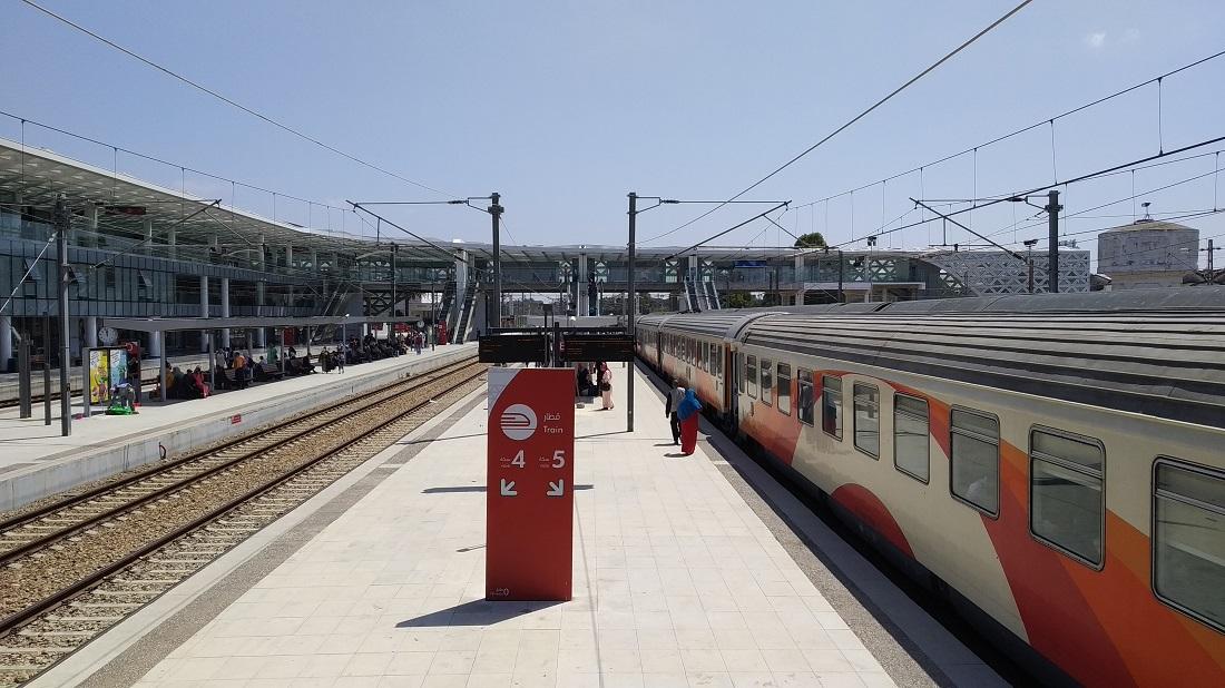 Kénitra állomás, szintén egy látványos modern épülettel