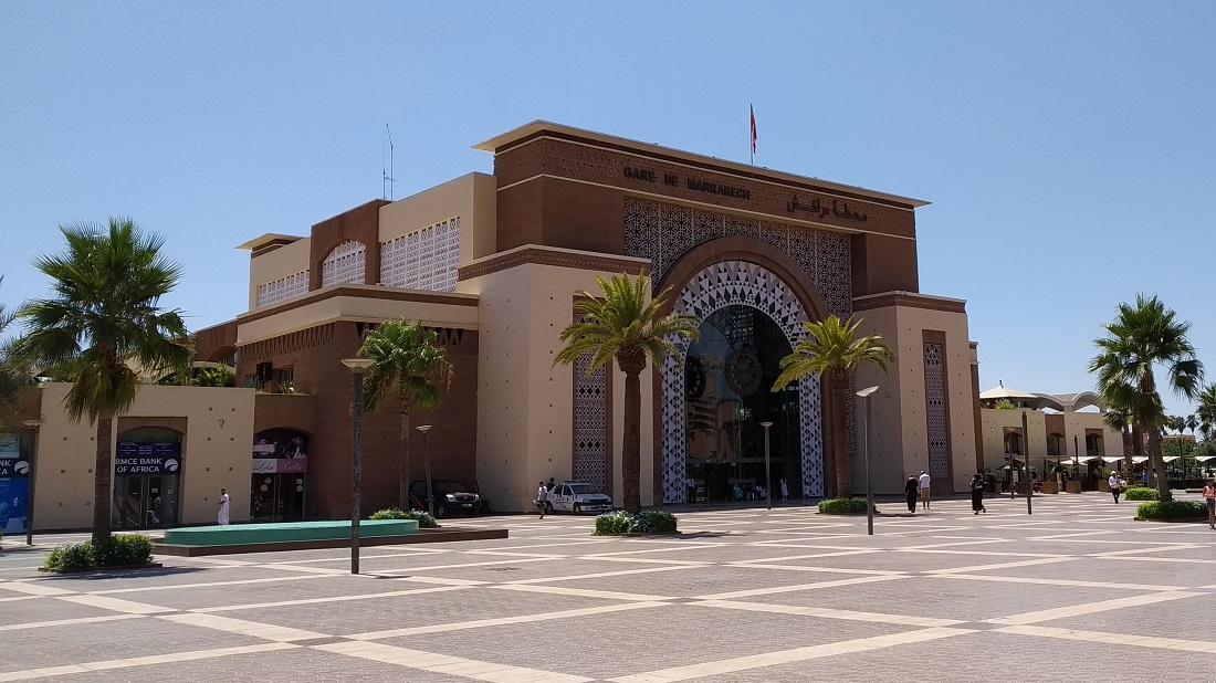 Marrakesh pályaudvara tradicionálisabb külsejű...