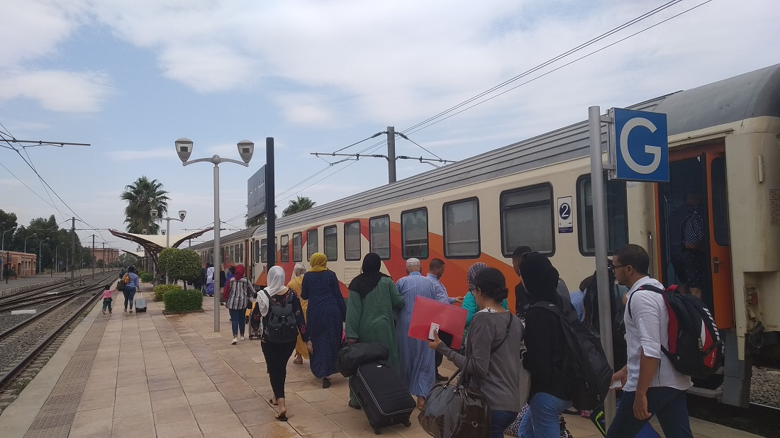 Al Atlas járathoz érkeznek az utasok indulás előtt Marrakeshben