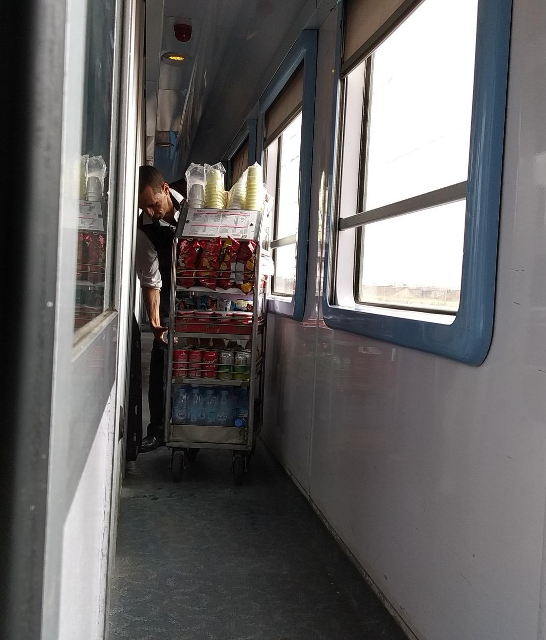 Étkezőkocsi nincs a vonatokon, ilyen kiskocsis árus viszont folyamatosan jön-megy a folyosón