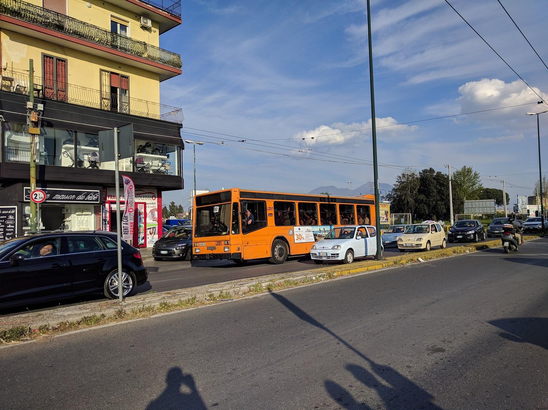 A felszínen viszont állanóak a torlódások, a buszok nem nagyon tudnak haladni...