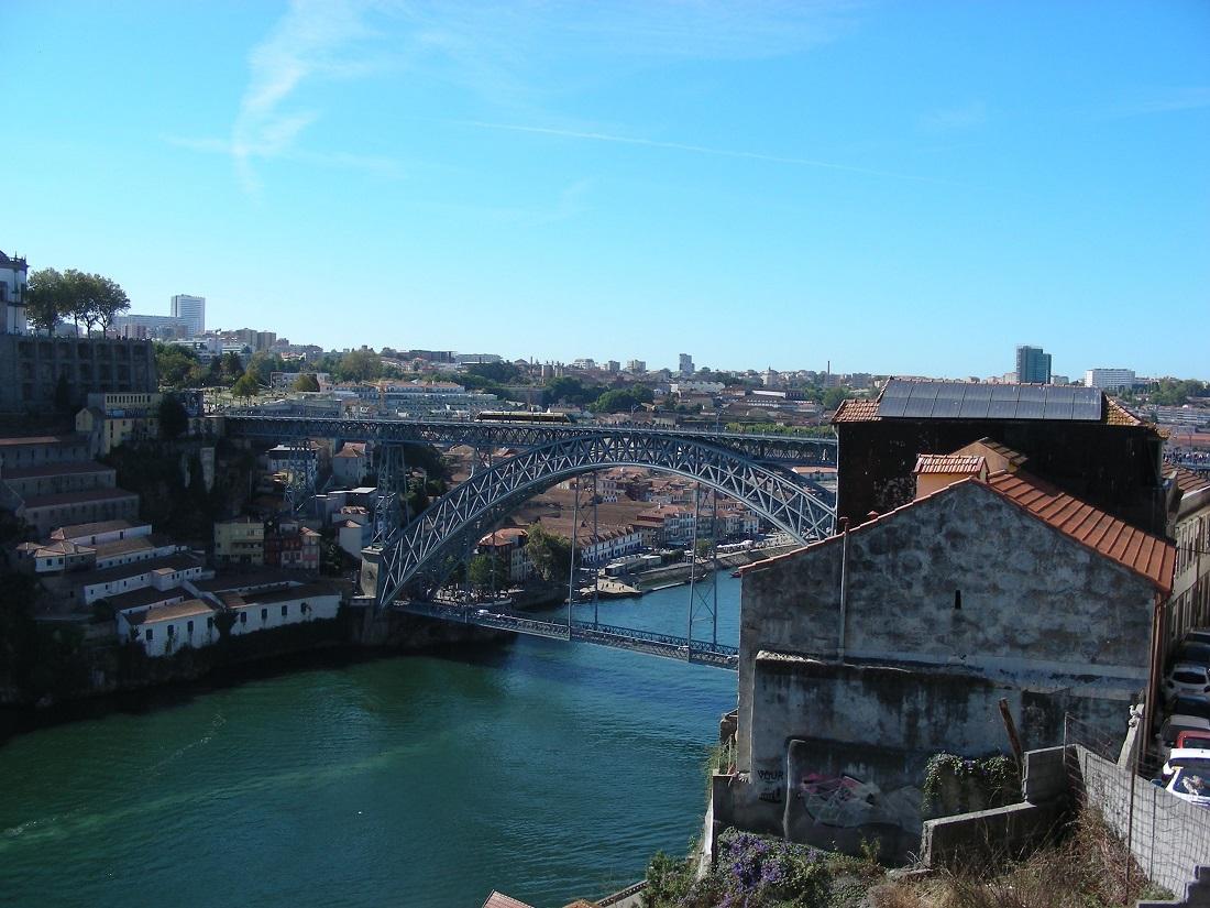 A Dom Luís I hídon halad a metró, közúti forgalom csak a híd alsó szintjén van...