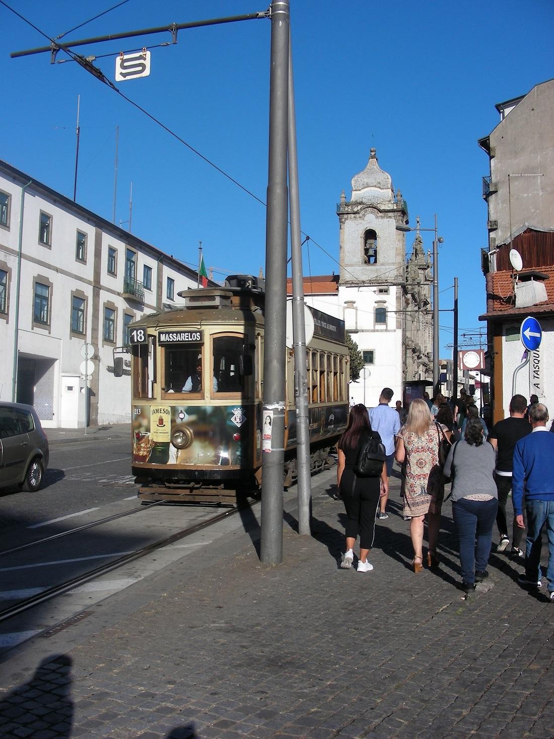 Villamos a Rua do Carmón. Három viszonylat maradt meg (1, 18, 22), a többit felszámolták