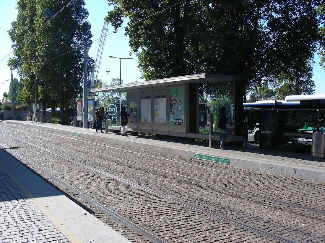 Típusterv szerinti felszíni megálló Matosinhosban, a háttérben egy gázbusz
