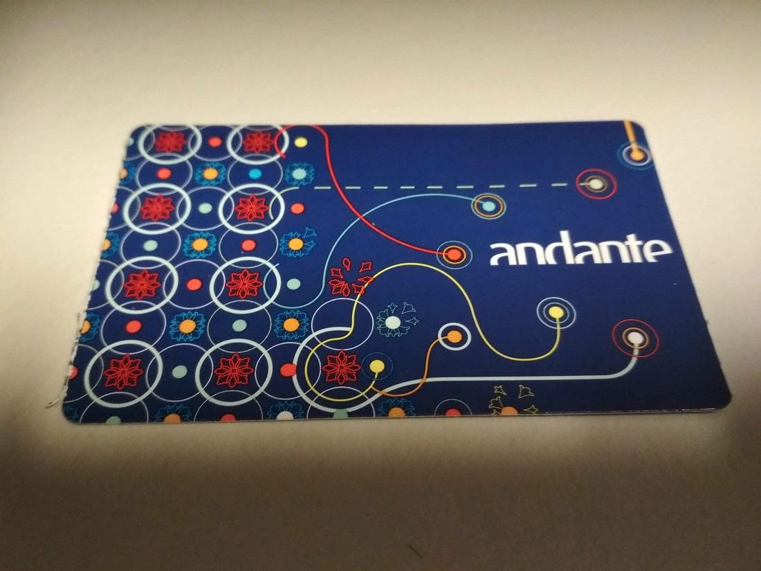 A feltölthető Andante Azul papírkártya dizájnja a hagyományos csempeburkolatokat idézi, mégis kortárs