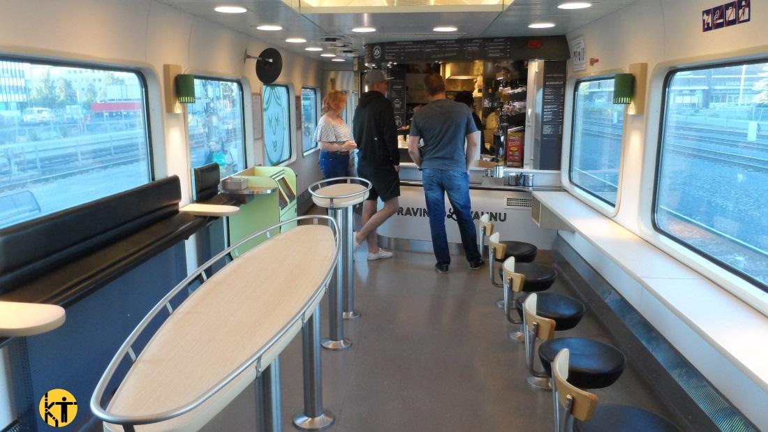 A finn InterCity-ken is szinte mindig van étkezőkocsi, melynek egyik fele ilyen kocsmaszerű részből áll