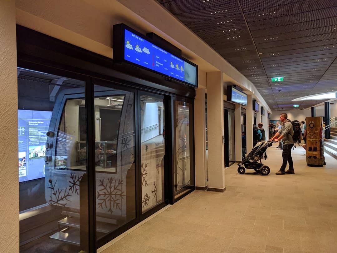 Az automata szerelvény zárt rendszerben, peronkapuk mögött közlekedik